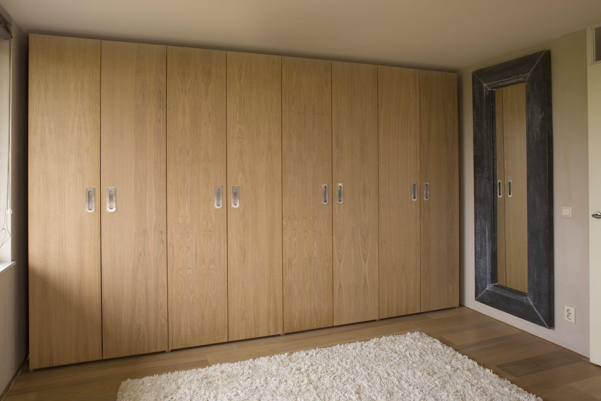 draaideurkast voor de slaapkamer met houten deuren