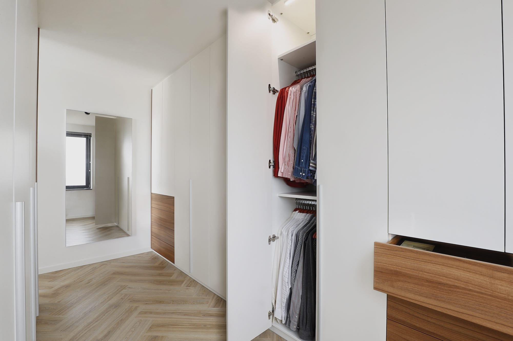 draaideurkast met witte deuren