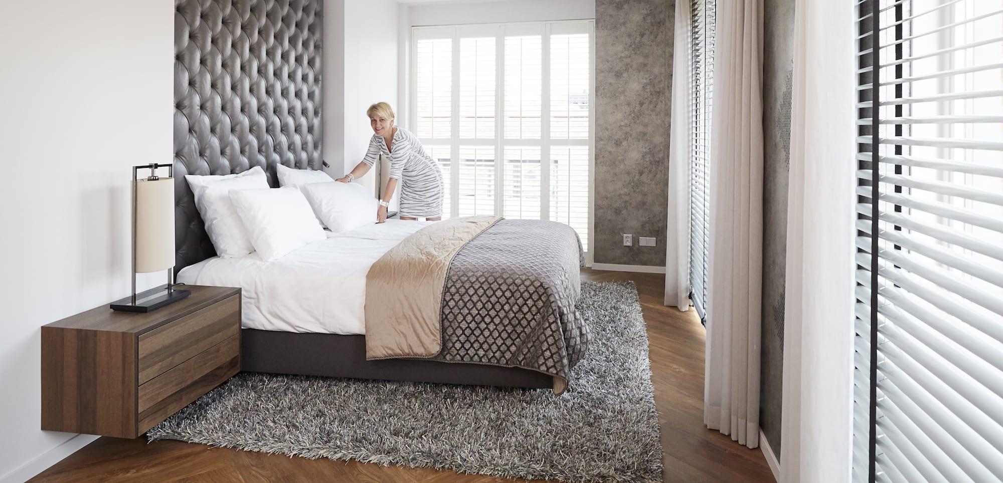 luxe hotel slaapkamer bed opmaken
