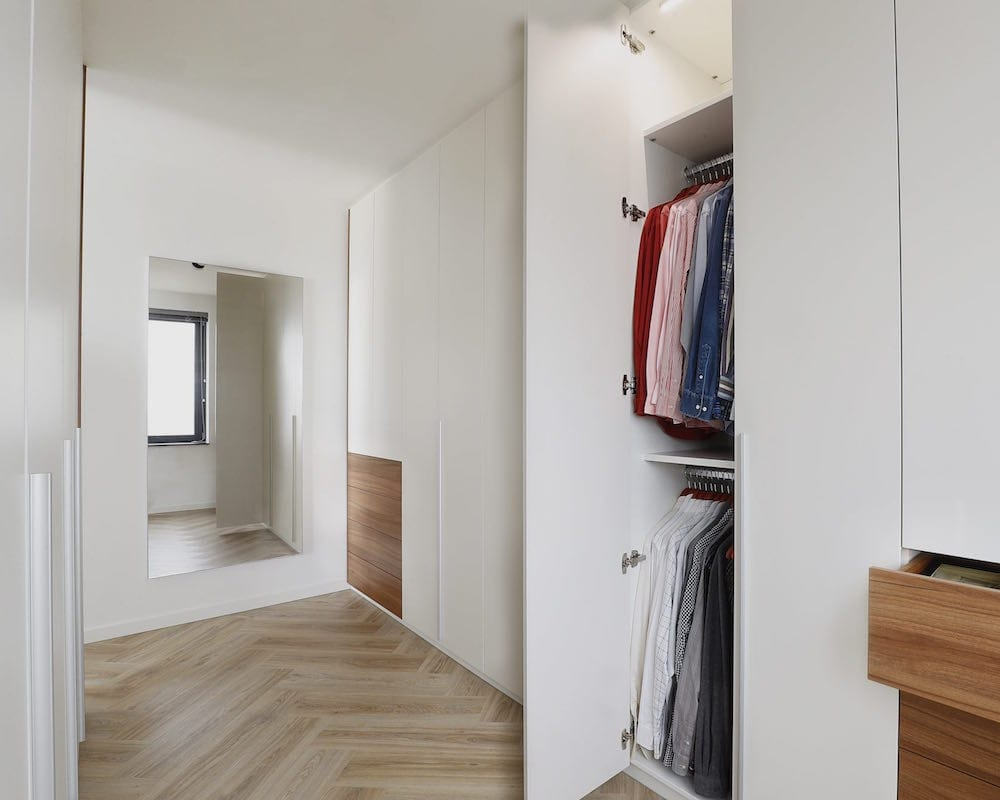 slaapkamer met inloopkast achter bed