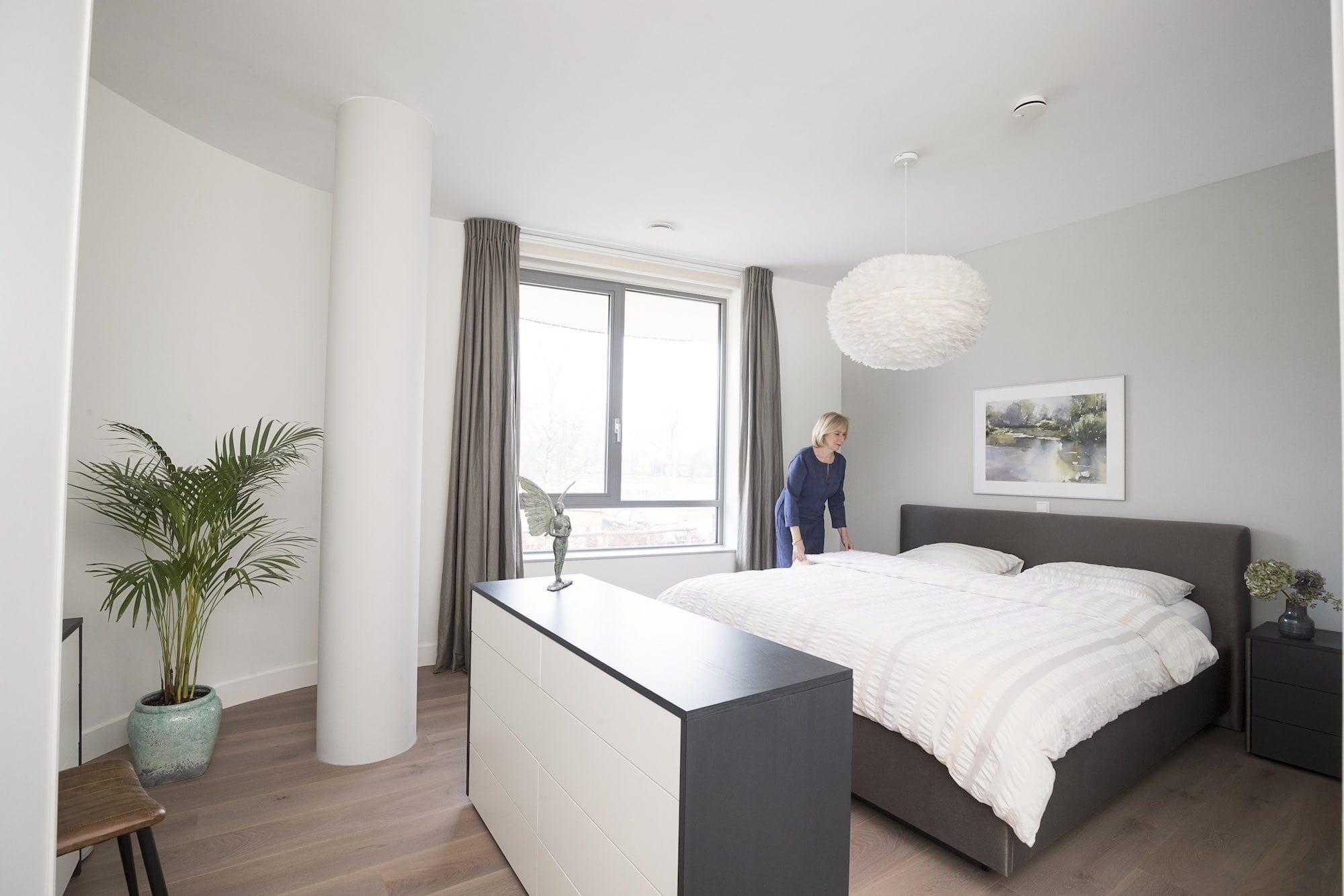Een compleet ingerichte slaapkamer met bed en kast.
