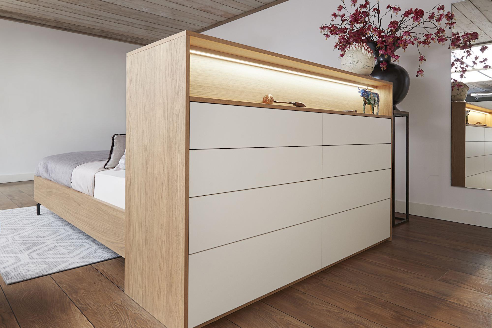 ladekast achter houten bed
