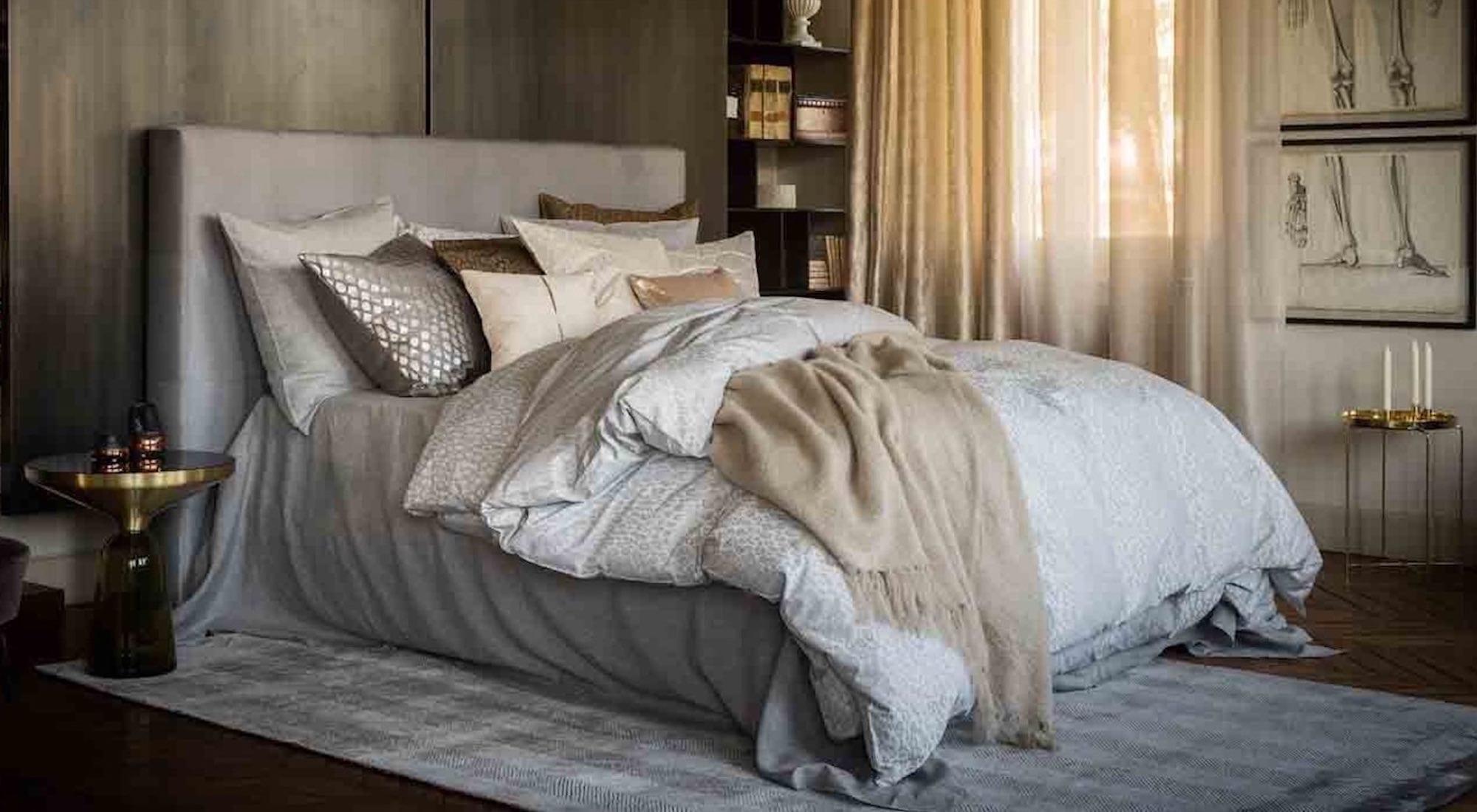 Een showroom model van een stijlvol ingerichte slaapkamer met een bed van de Suite.