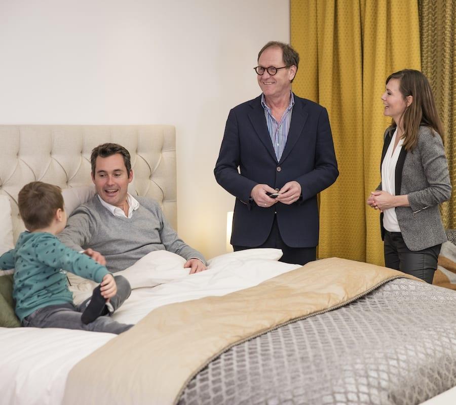 De Suite waarbij een bed wordt getest door klanten van deze beddenspecialist.