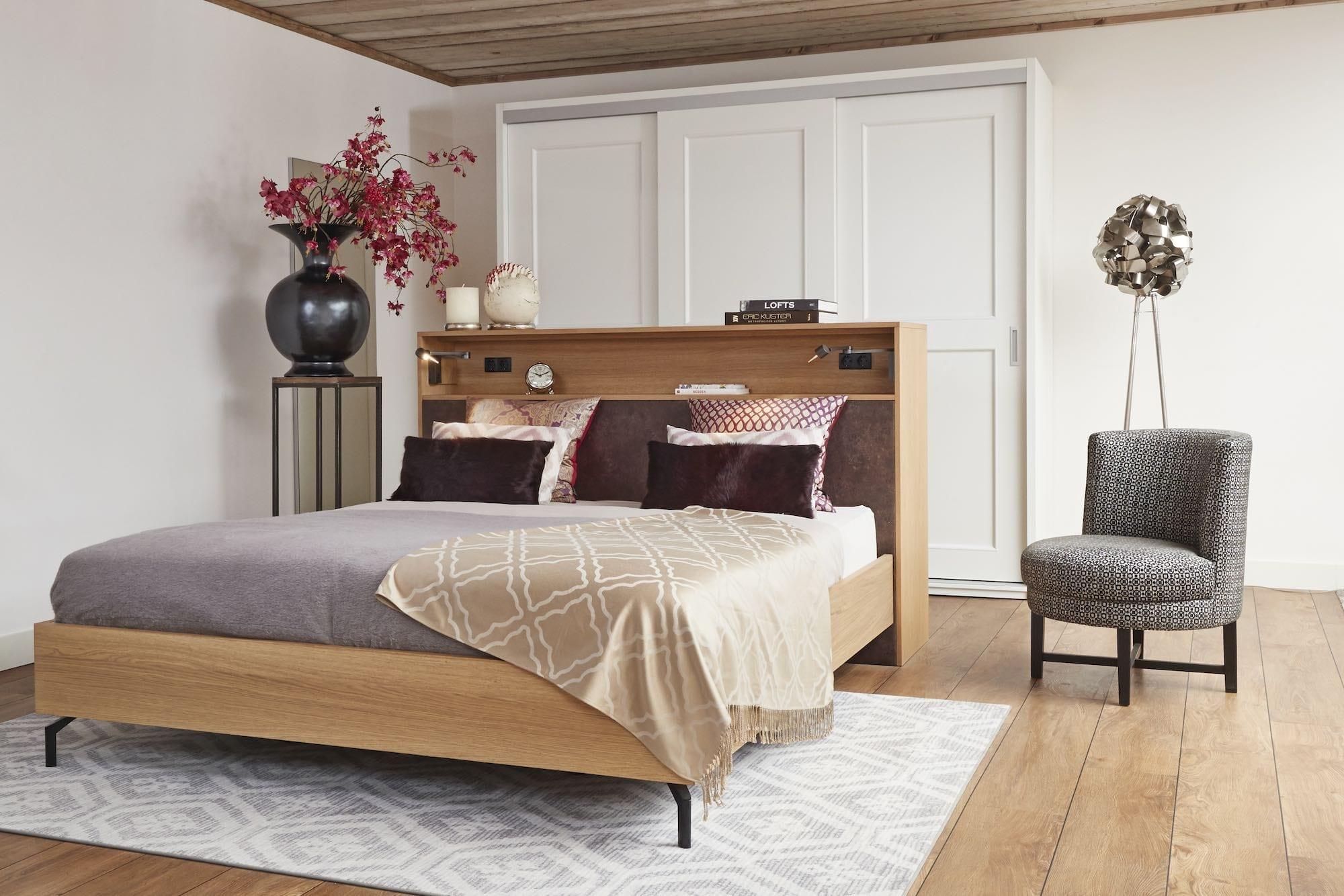 vrijstaand bed met eiken hout