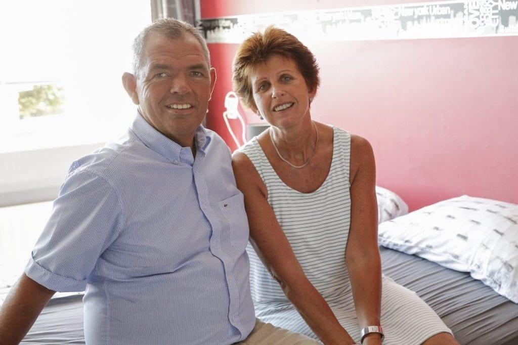 vrouw met parkinson samen met man op bed