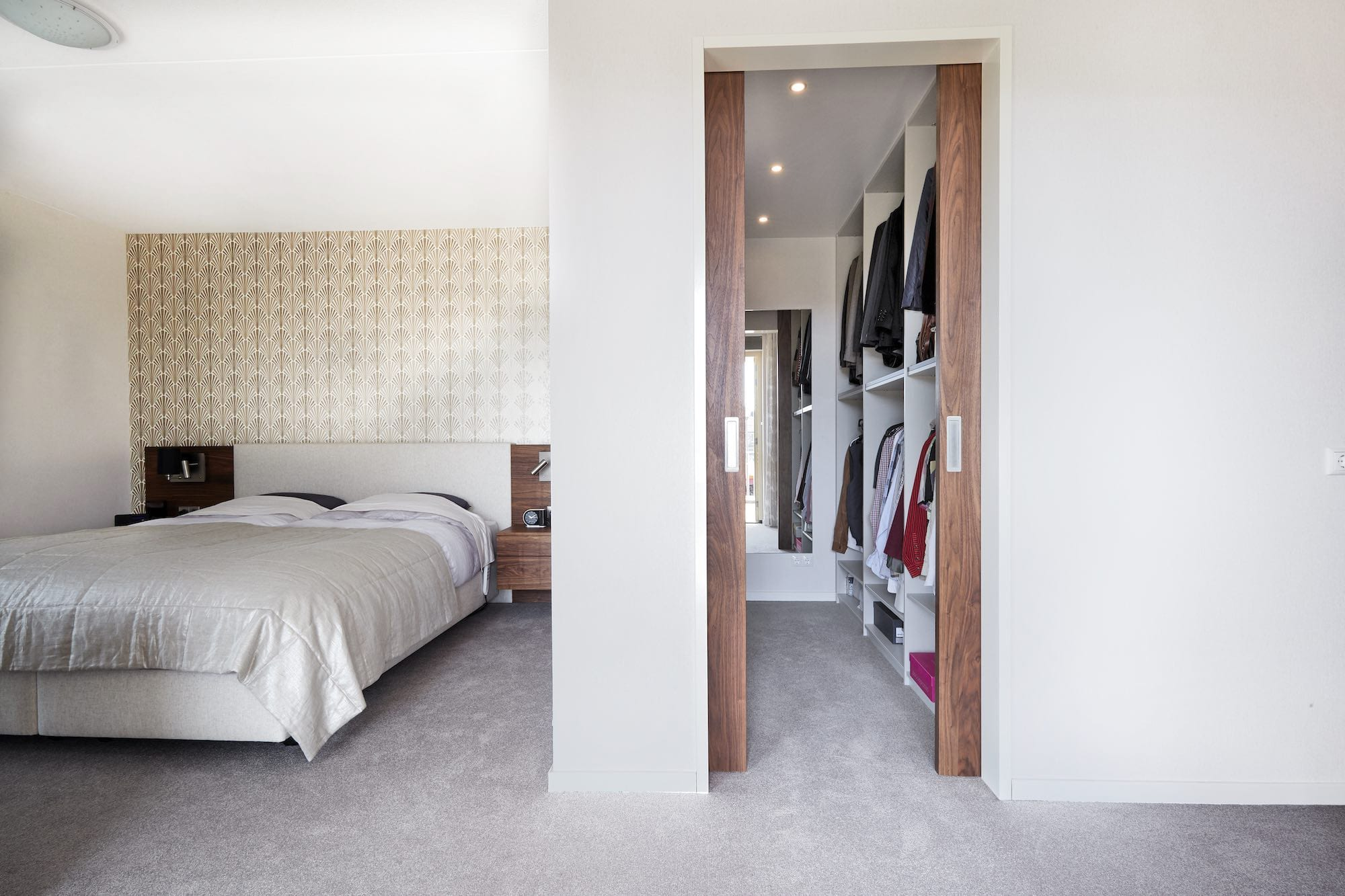 senioren slaapkamer met inloopkast