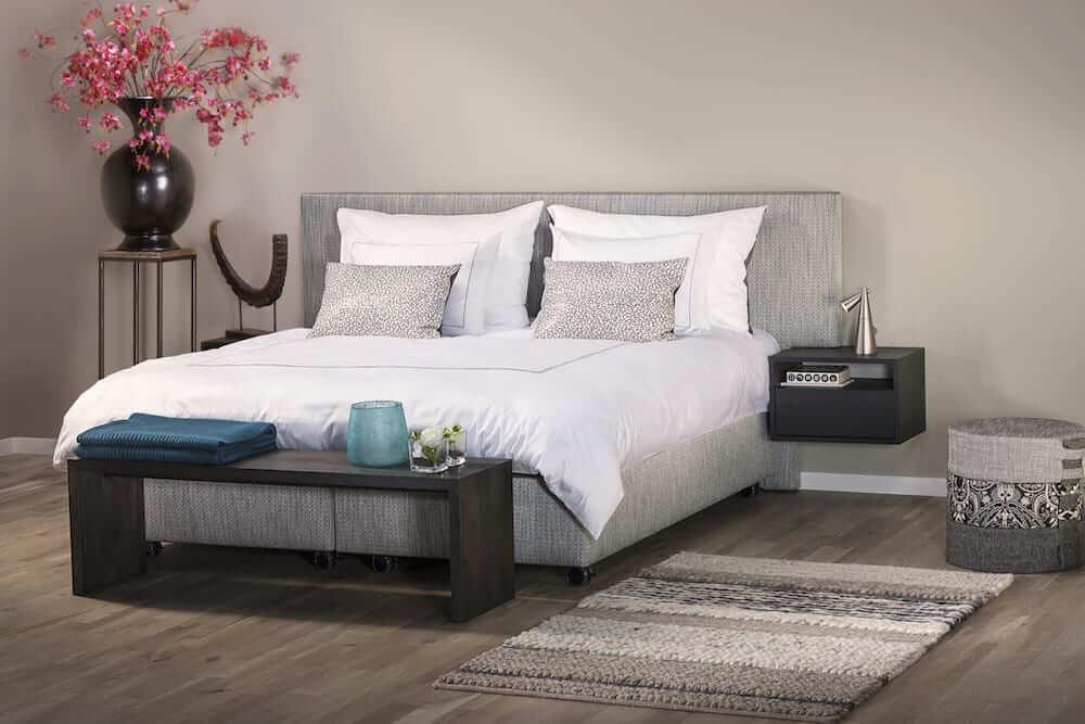 hoog laag bed Manifesto in een luxe slaapkamer