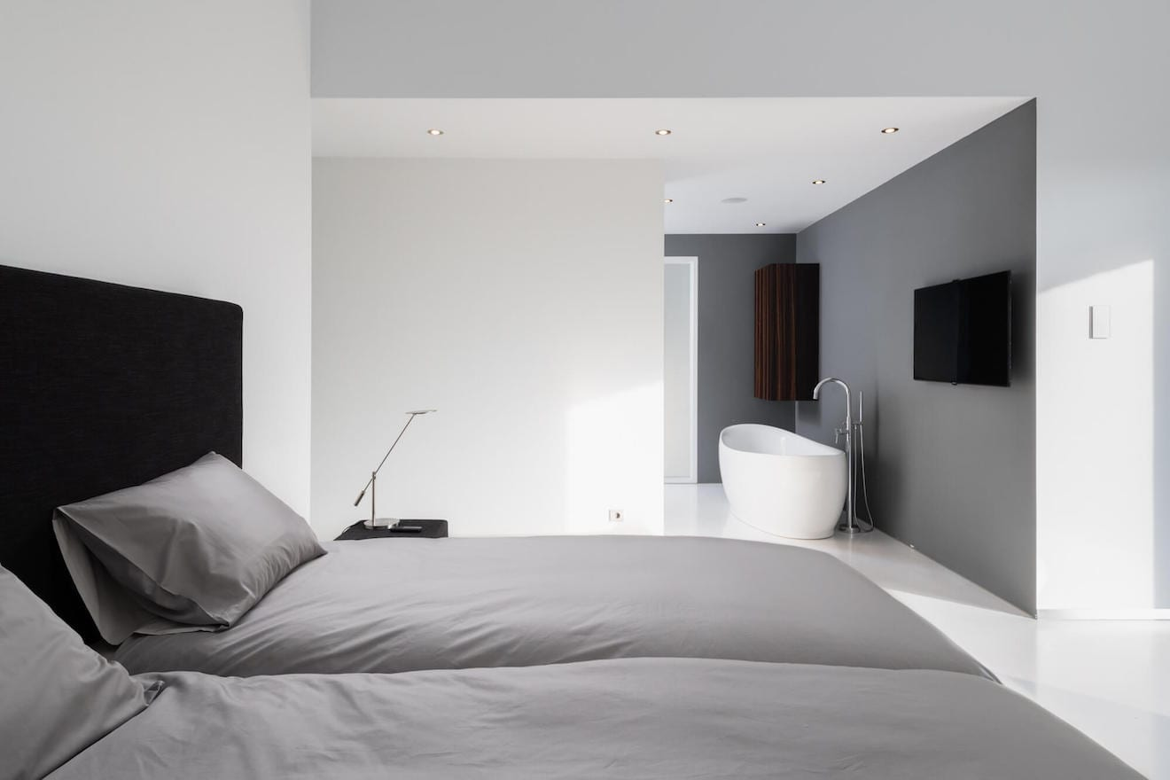 Moderne slaapkamer met bad en design bed Roma