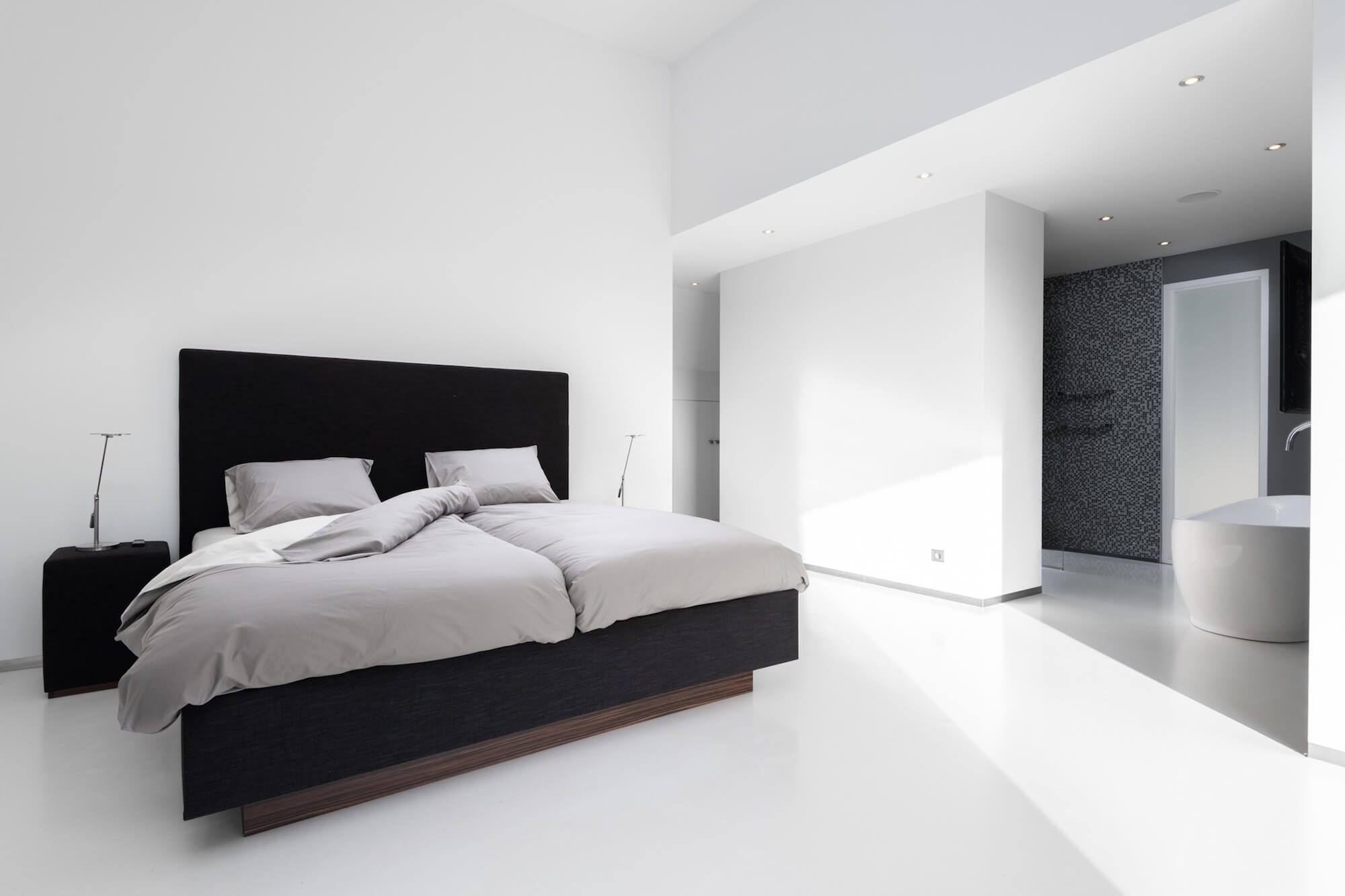 Moderne slaapkamer met kingsize design bed