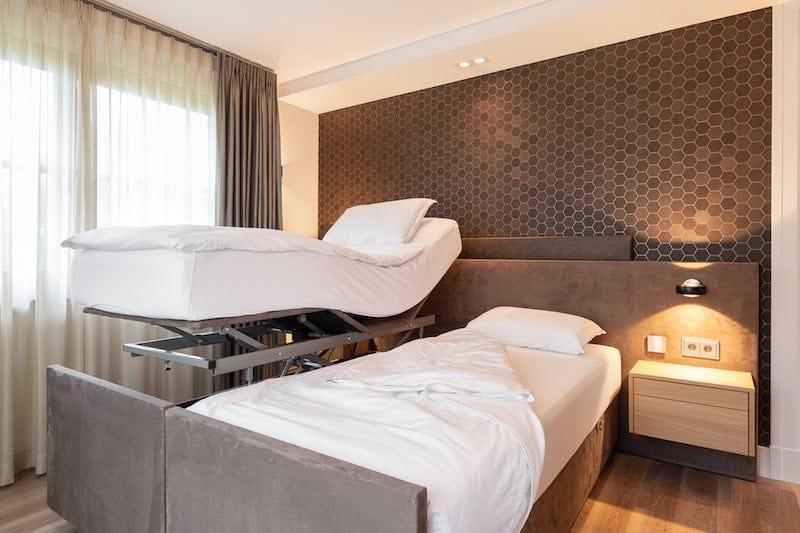 Luxe slaapkamer met hoog laag bed