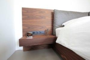 Houten design bed met zwevend nachtkaste