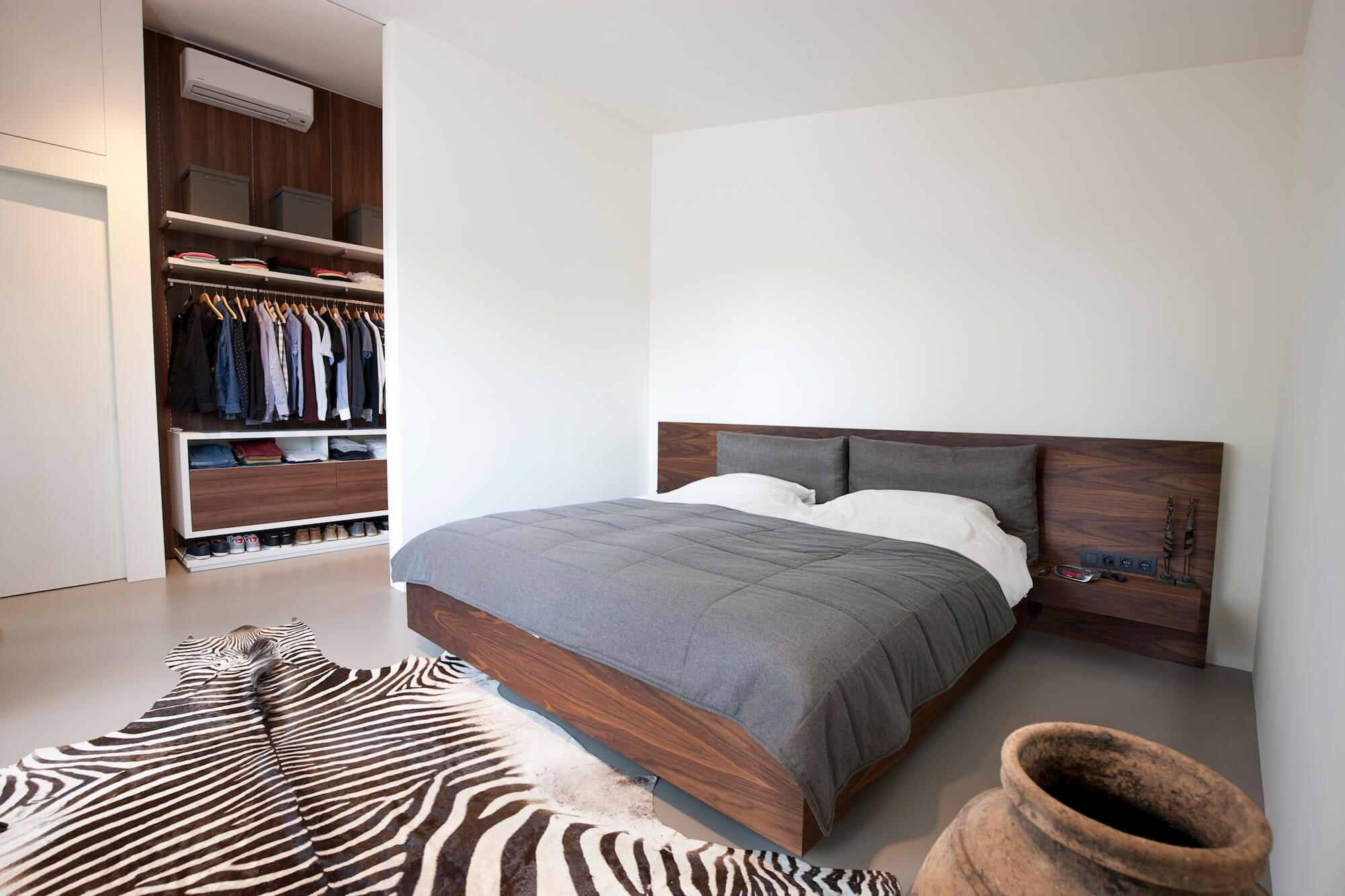 Moderne slaapkamer met houten design bed