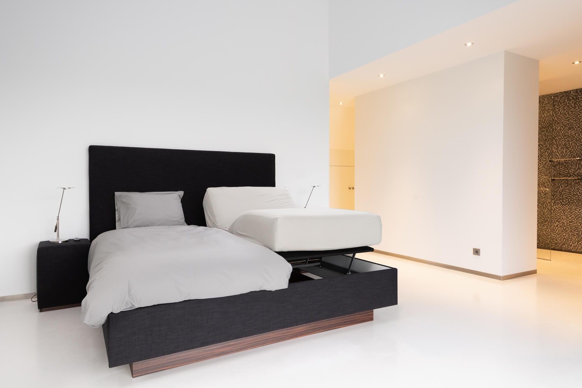 Ontspannen in dit moderne elektrisch verstelbare bed