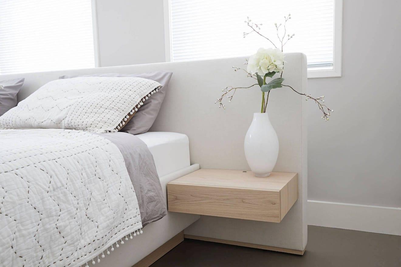 Zwevend nachtkastje bij design bed Ferrara
