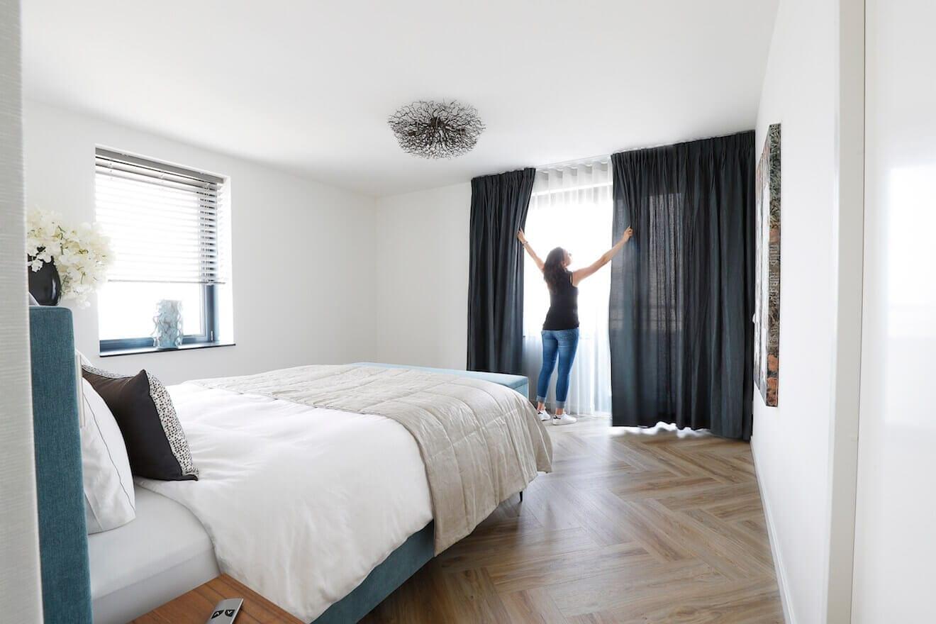 Sfeerfoto met het openen van slaapkamergordijnen