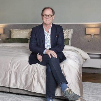 verkoper en eigenaar Wim Hofman zittend op bed