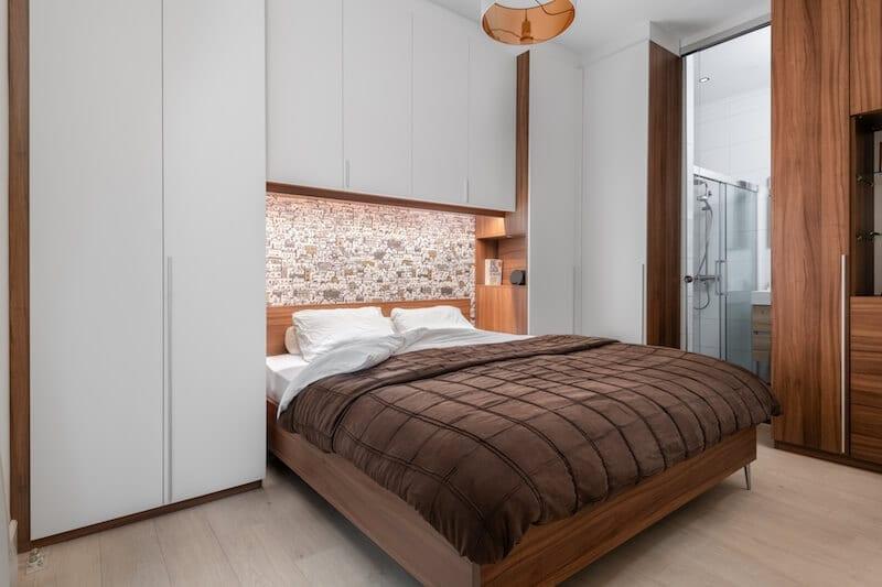 Stijlvol ontwerp met kastombouw en bed