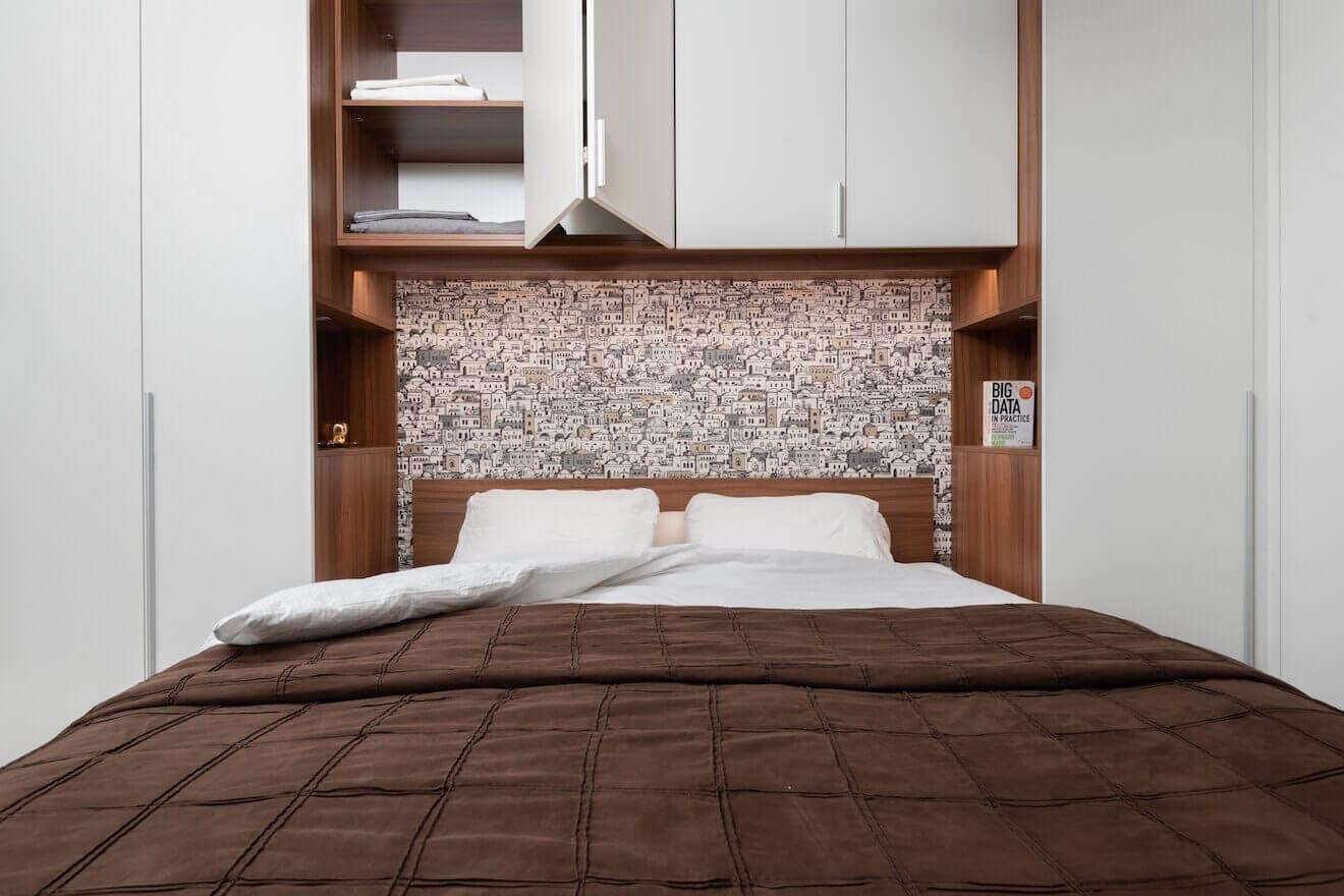 Brugkast boven bed