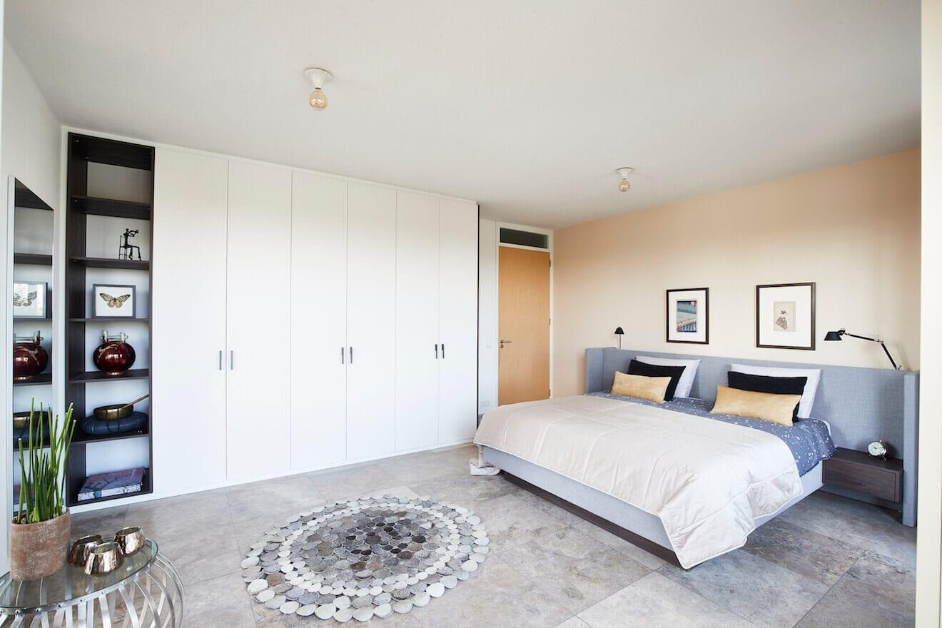 Complete slaapkamer met bed en kast op maat
