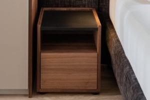 Design nachtkastje van notenhout