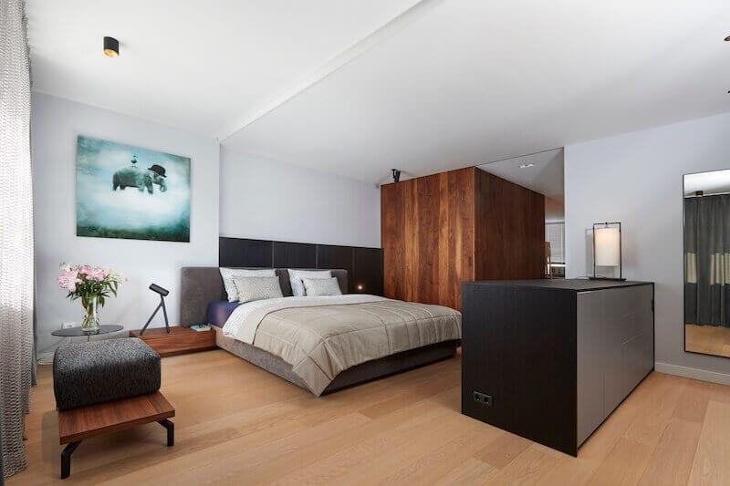 Grote en moderne slaapkamer