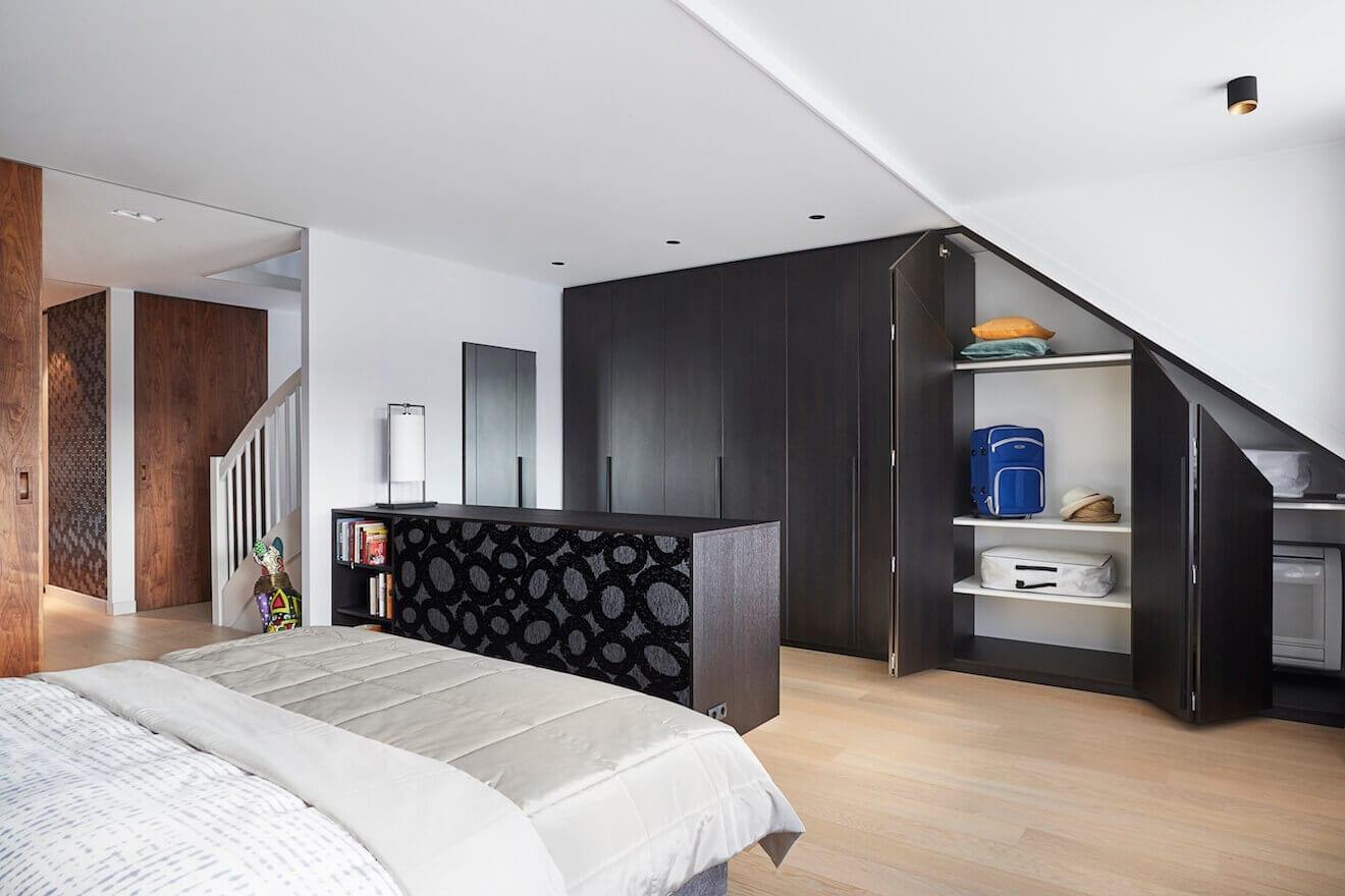 Grote slaapkamer met room divider en kledingkast