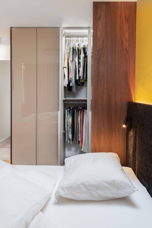 Hoekkast-in-kleine-slaapkamer