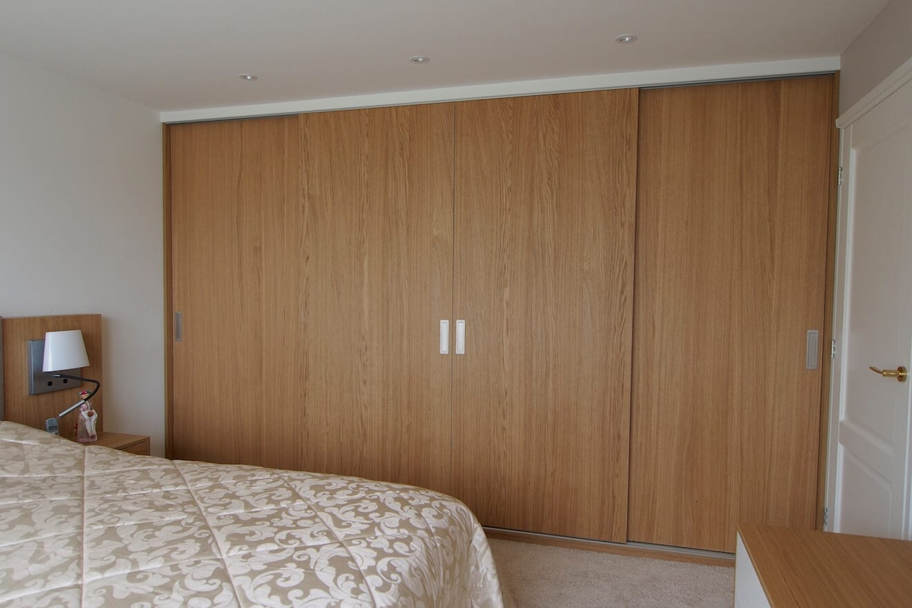 Slaapkamer met bed en kast