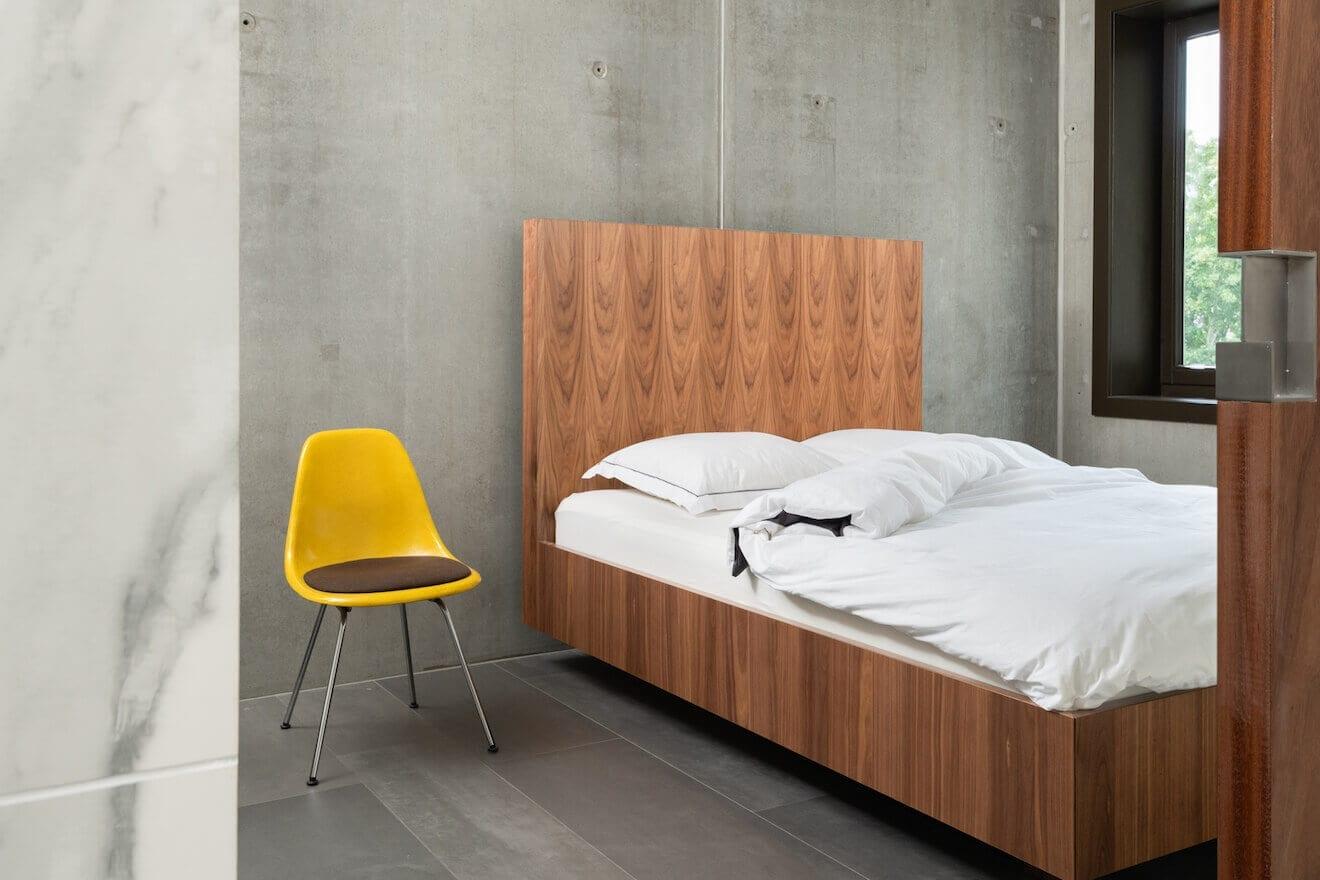 Industriële slaapkamer met houten design bed