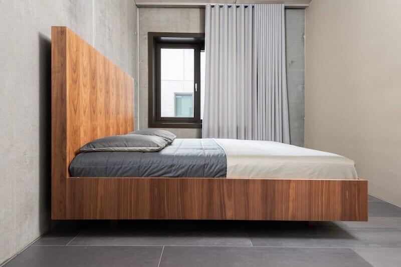 Industriële slaapkamer met design bed van hout