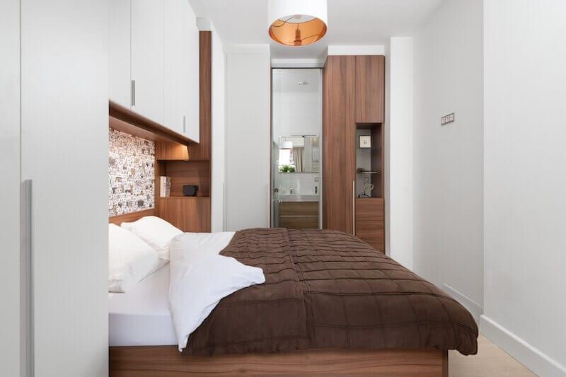 Kleine slaapkamer met bed en kastombouw