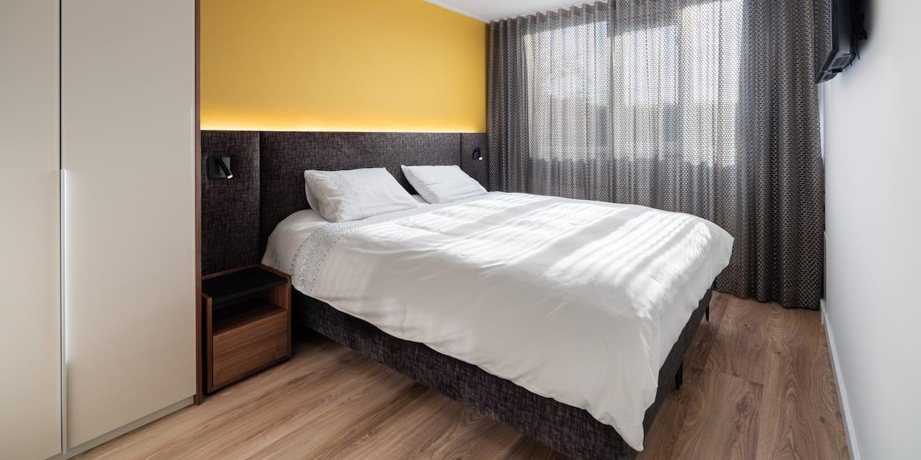 Kleine slaapkamer met bed en kast
