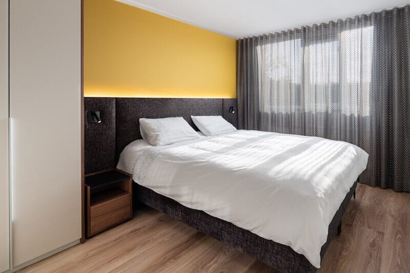 Luxe hotel boxspring op design pootjes