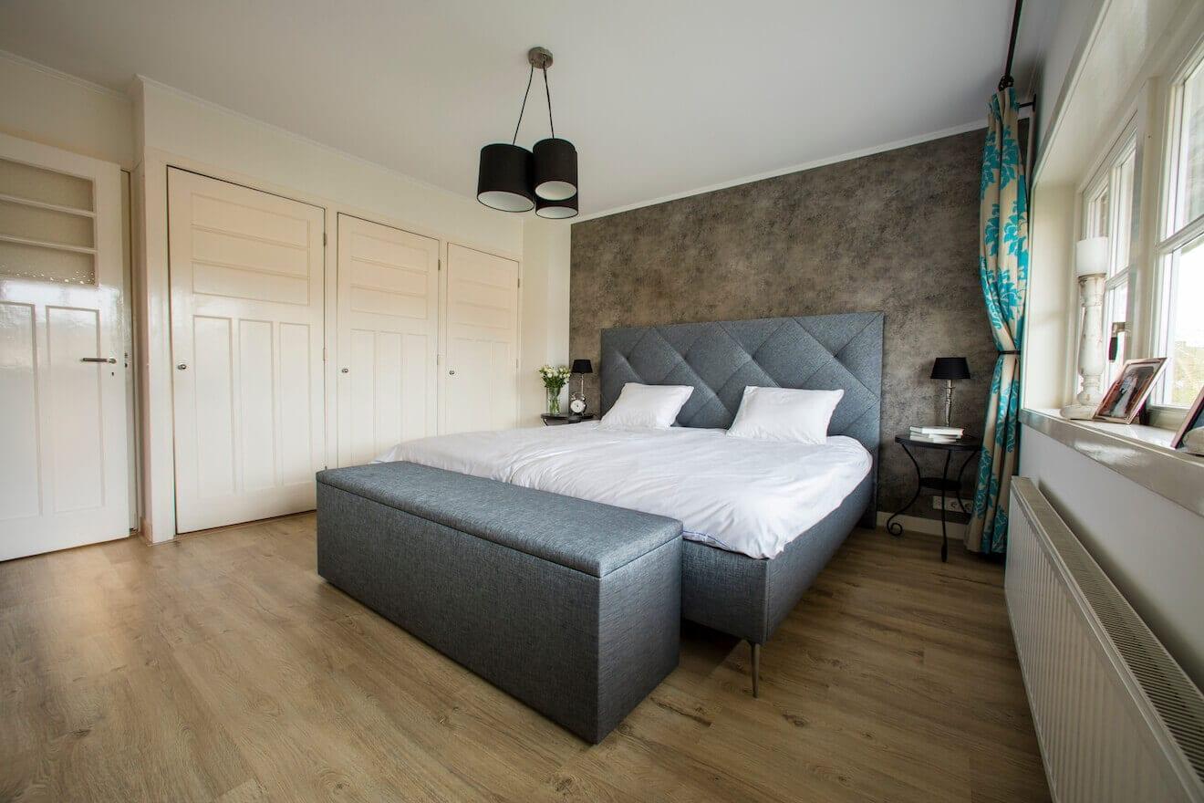 Luxe kingsize bed met finotore in blauw