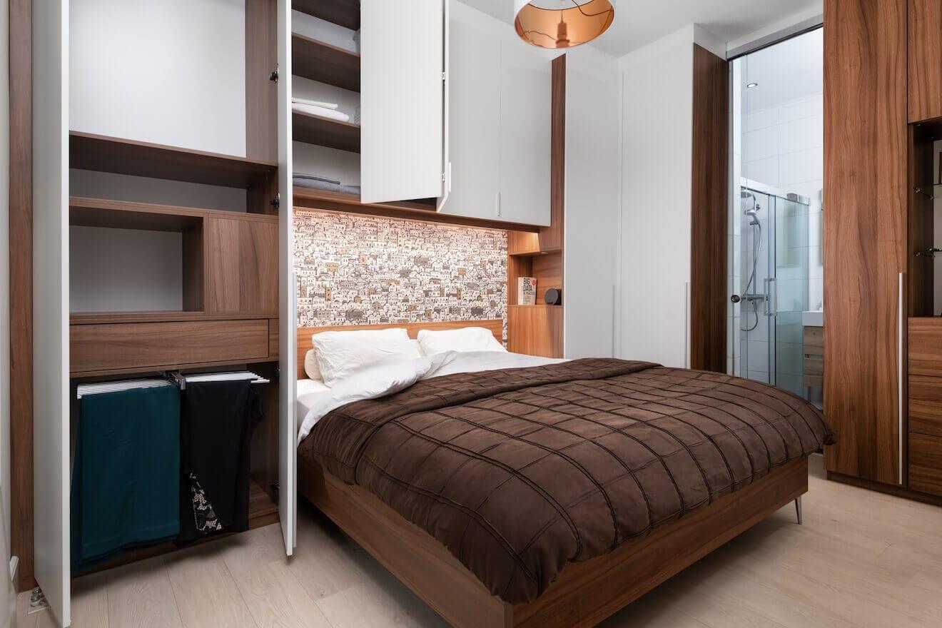 Luxe kleine slaapkamer met kastombouw
