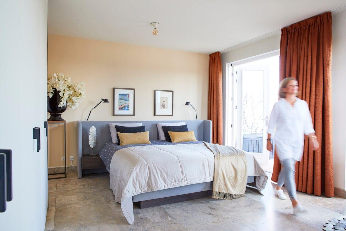 Modern bed Embrace grijze stof