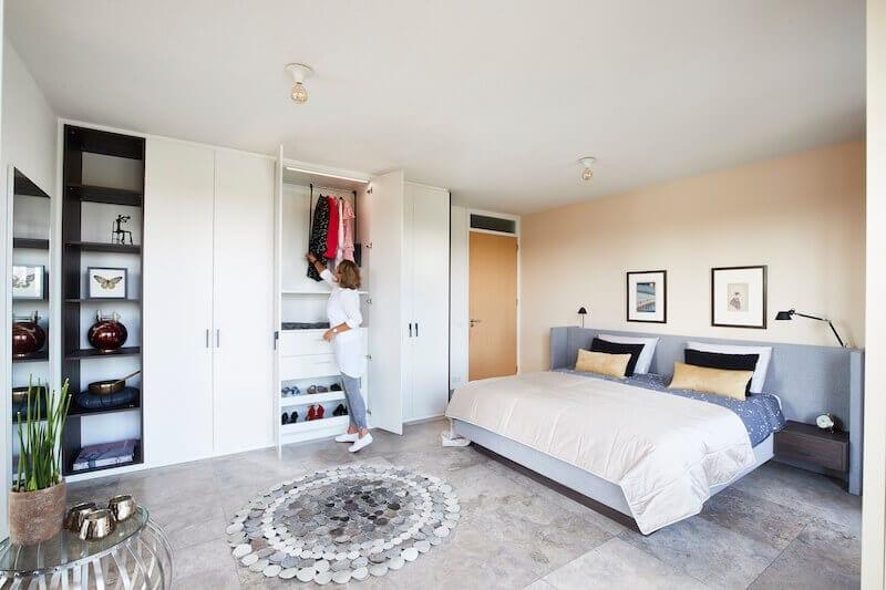 Moderne slaapkamer met bed en kast