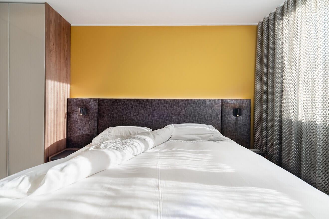 Mooie kleine slaapkamer met luxe bed
