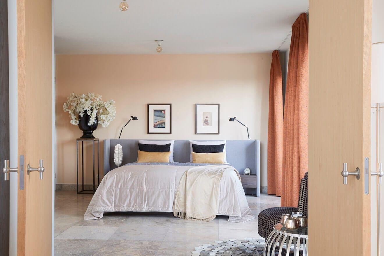 Slaapkamer met modern bed Embrace