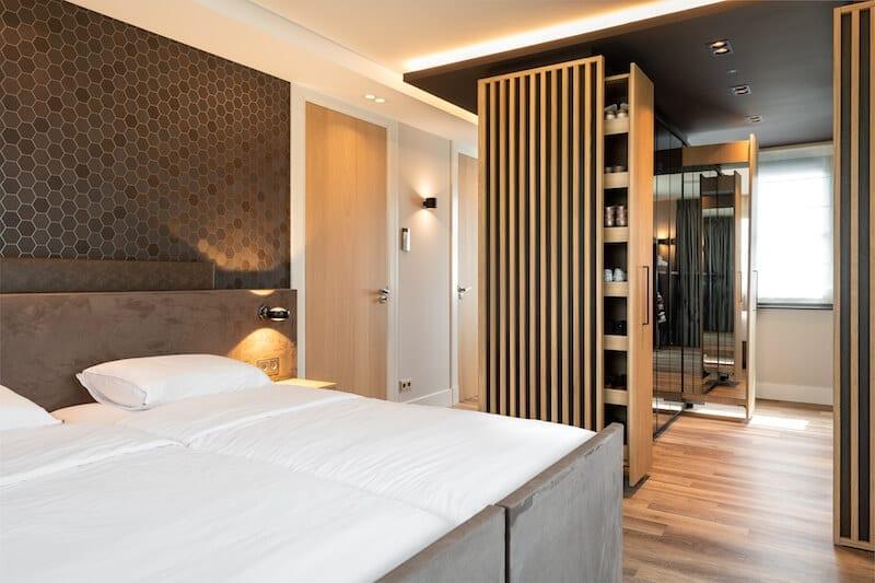 Hotel slaapkamer met bed en kast