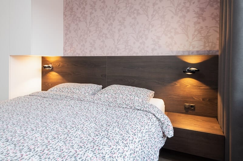 Luxe hotelbed van donker hout