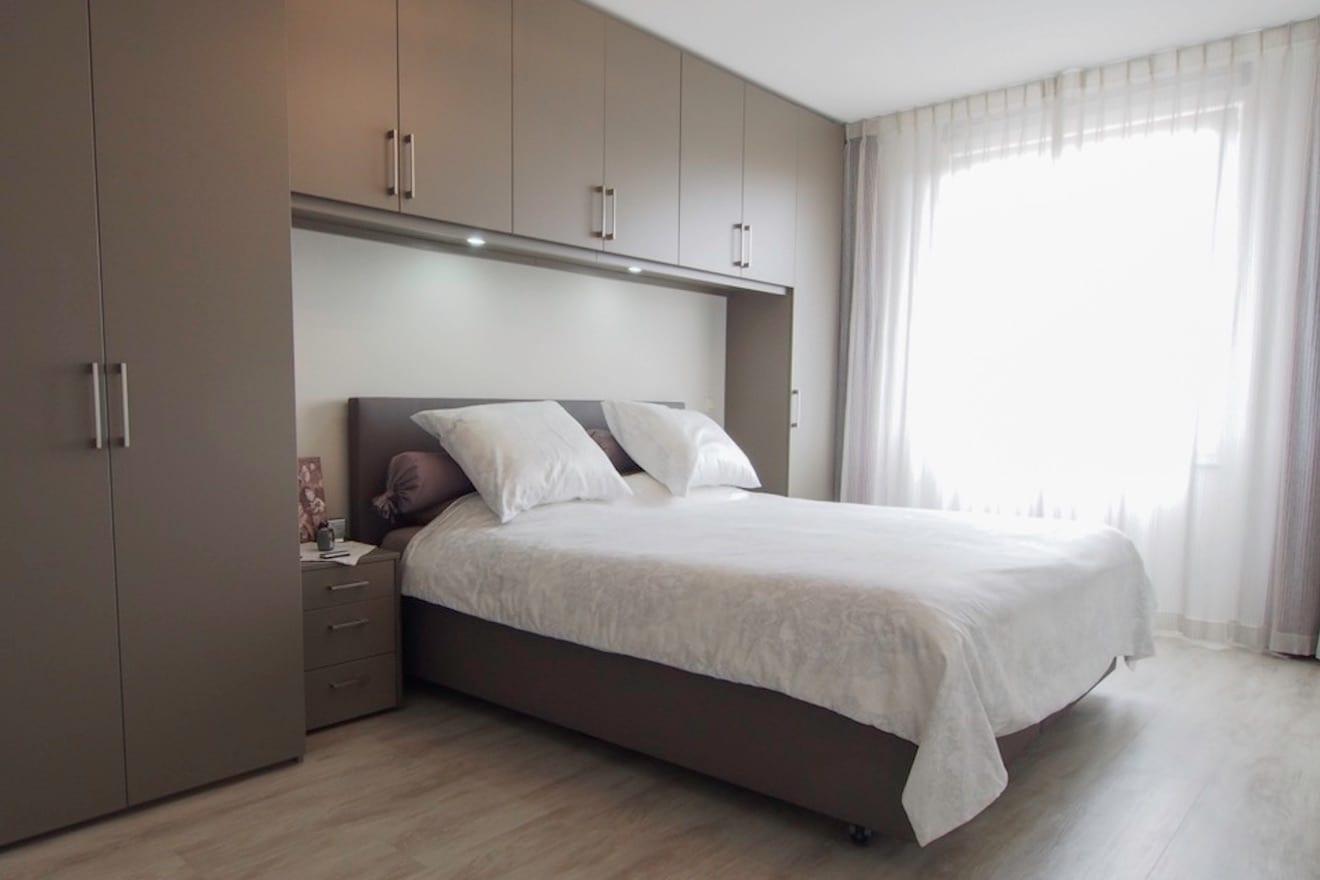 Kasten boven bed in slaapkamer
