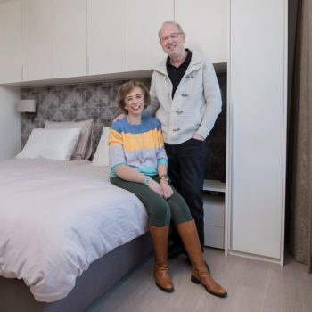 Klanten met luxe slaapkamer met kastombouw
