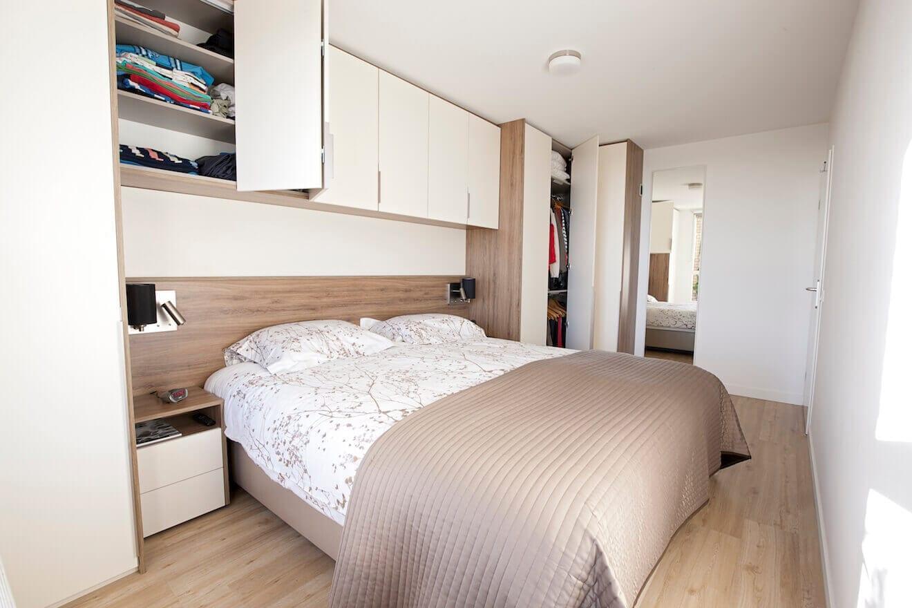 Kleine slaapkamer met bedombouw en kastruimte