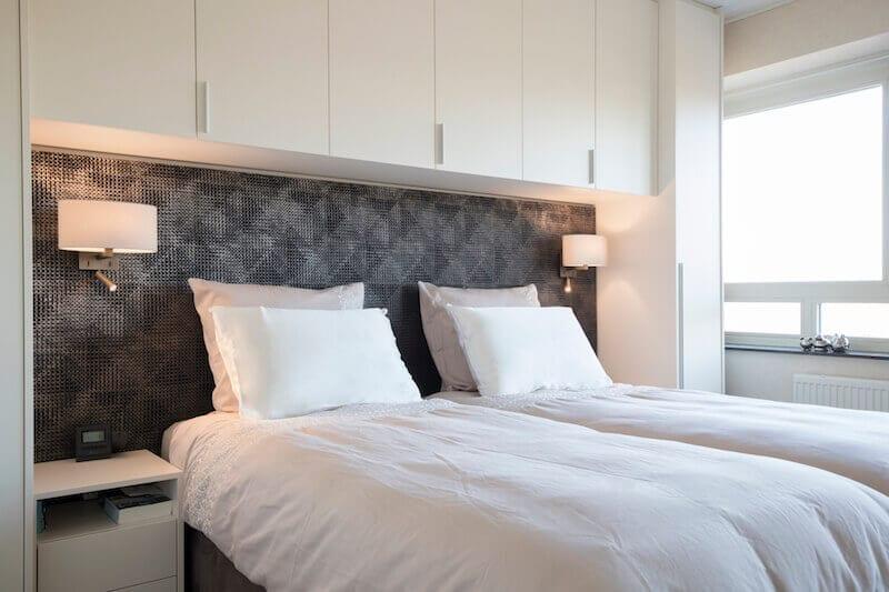 Luxe hotel slaapkamer met kastombouw