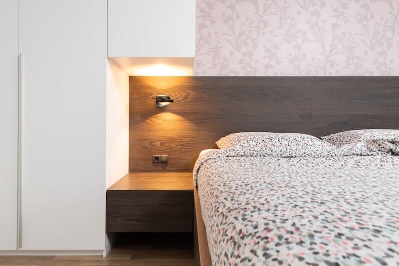 Moderne slaapkamer met houten bed en kastombouw