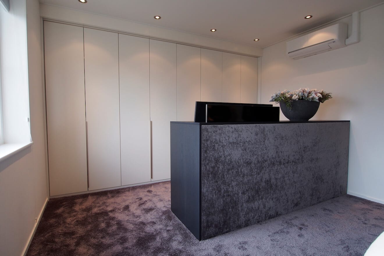 Room divider met TV-lift