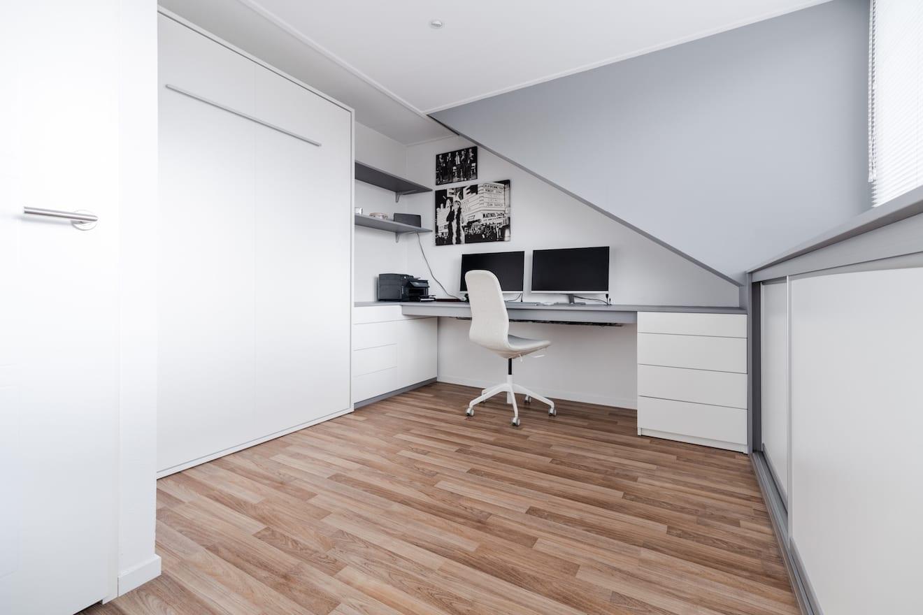 Werkkamer met opklapbed en bureau