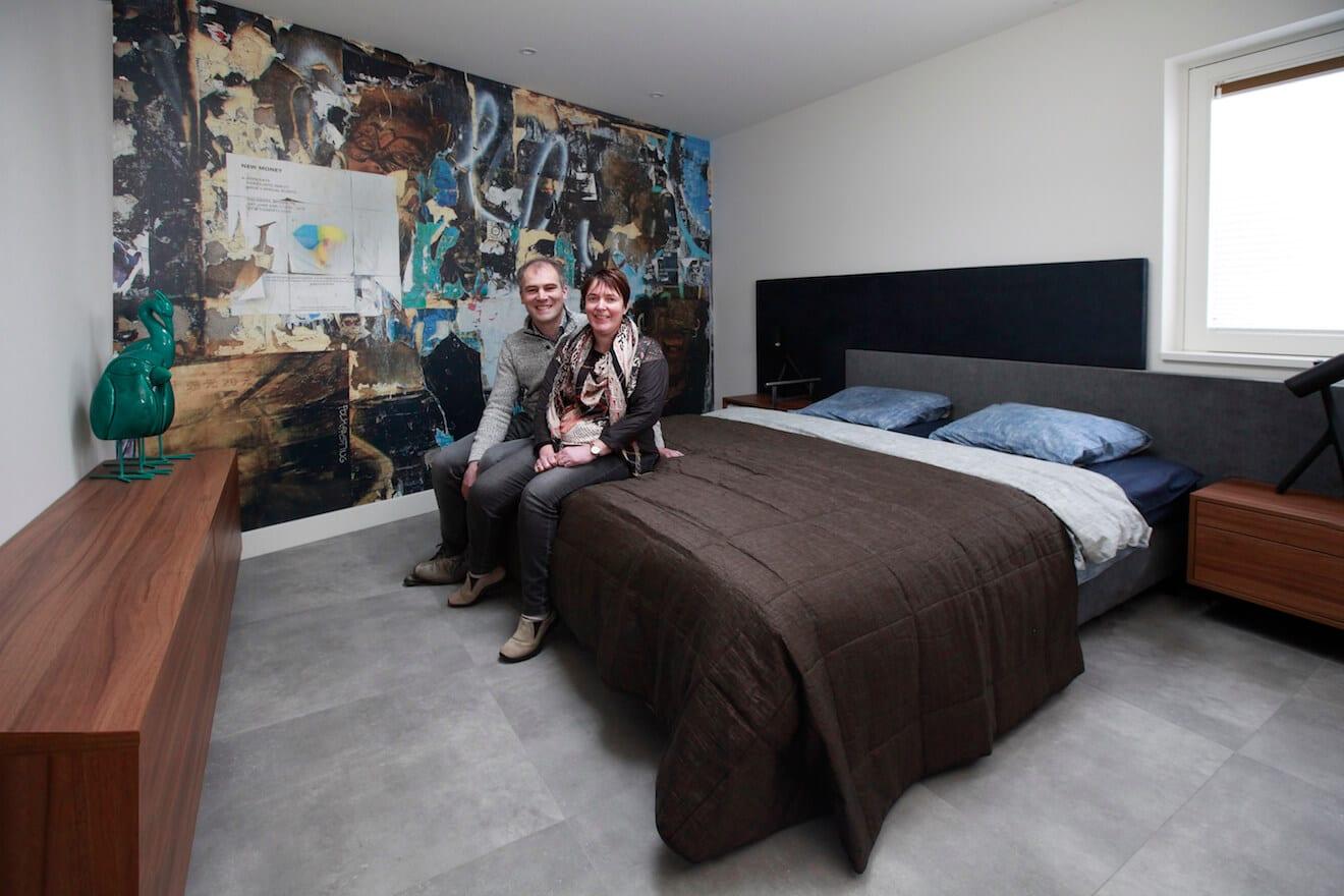 echtpaar zittend op 2-persoons hoog laag bed